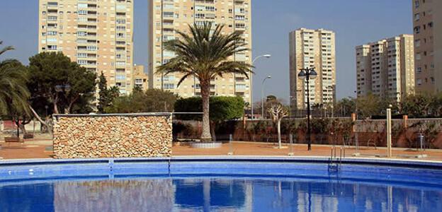 1 piscina para adultos y 1 para niños